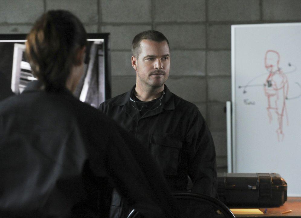 Arbeitet als verdeckter Ermittler, um ein Netzwerk tschetschenischer Terroristen zu infiltrieren: Callen (Chris O'Donnell) ... - Bildquelle: CBS Studios Inc. All Rights Reserved.