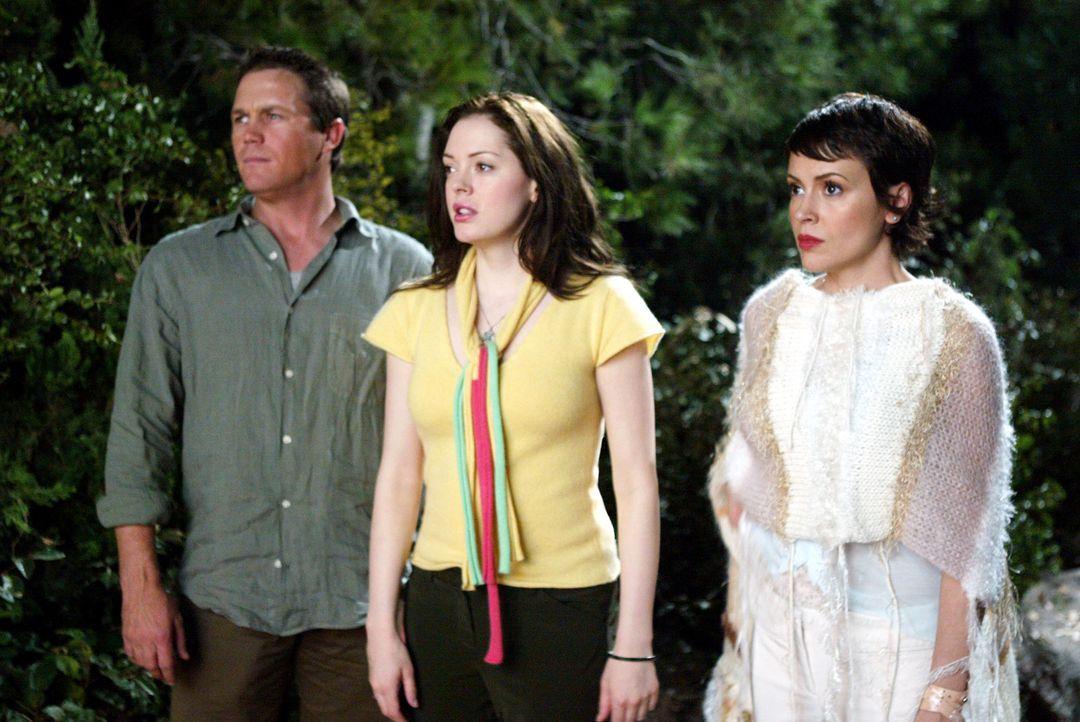 Phoebe (Alyssa Milano, r.) und Paige (Rose McGowan, M.) rufen Leo (Brian Krause, l.) zu Hilfe, um Piper aus den Fänger des Spinnendämon zu befreien... - Bildquelle: Paramount Pictures.