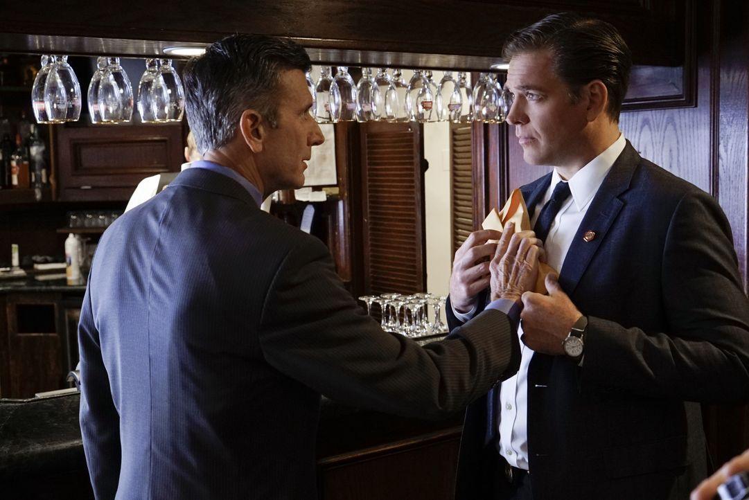 Senator Thomas Bransfield (Matt McCoy, l.) bekommt E-Mails mit Geldforderungen von Special Agent Anthony DiNozzo (Michael Weatherly, r.). Als Tony d... - Bildquelle: Robert Voets 2016 CBS Broadcasting, Inc. All Rights Reserved / Robert Voets