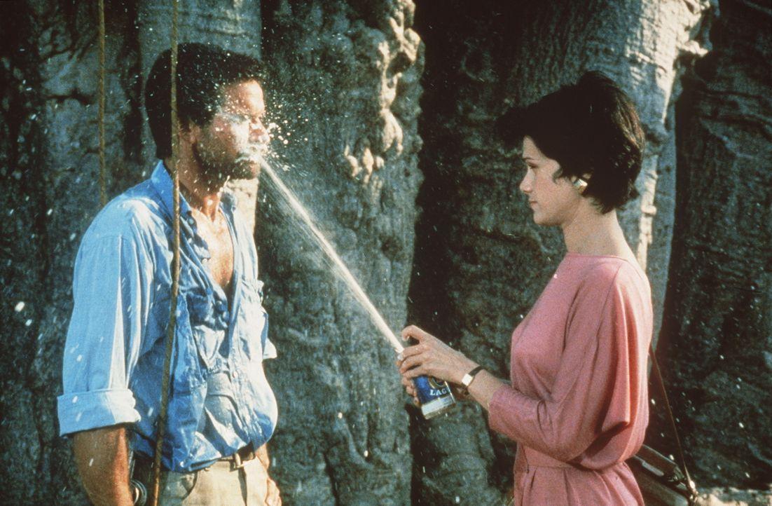 Die kesse Dr. Ann Taylor (Lena Farugia, r.) hat immer eine passende Antwort auf die plumpen Anmachen ihres Begleiters Dr. Stephen Marshall (Hans Str... - Bildquelle: Columbia Pictures