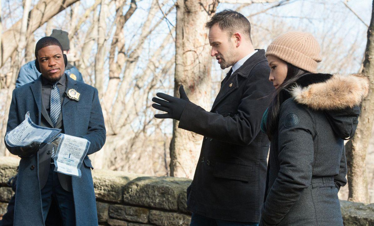 Ermitteln in einem neuen Fall: Sherlock Holmes (Jonny Lee Miller, M.), Dr. Joan Watson (Lucy Liu, r.) und Det. Marcus Bell (Jon Michael Hill, l.) ... - Bildquelle: CBS Television