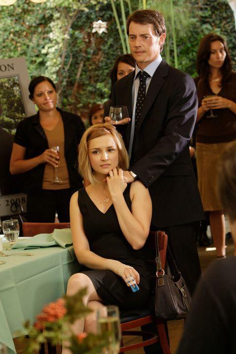 Können immer noch nicht fassen, dass sich ihr Freund das Leben genommen hat: Grace Adams (Rachael Leigh Cook, vorne) und Ryan Keller (Jason London,... - Bildquelle: ABC Studios