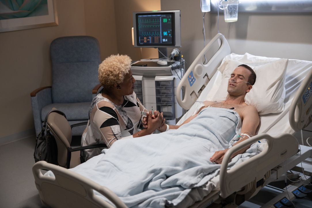 Dr. Loretta Wade (CCH Pounder, l.); Christopher LaSalle (Lucas Black, r.) - Bildquelle: Sam Lothridge 2019 CBS Broadcasting Inc. All Rights Reserved. / Sam Lothridge