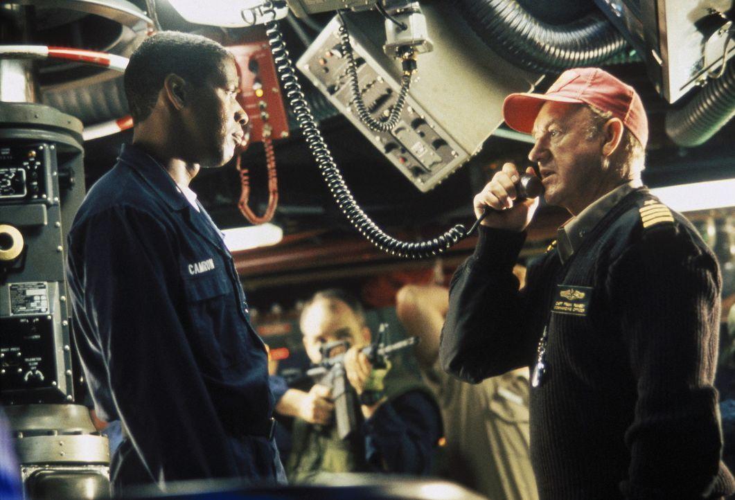 Als ein weiterer, verstümmelter Funkspruch empfangen wird, will Hunter (Denzel Washington, l.) den Abschuss verhindern, doch Kapitän Ramsey (Gene... - Bildquelle: Buena Vista Pictures