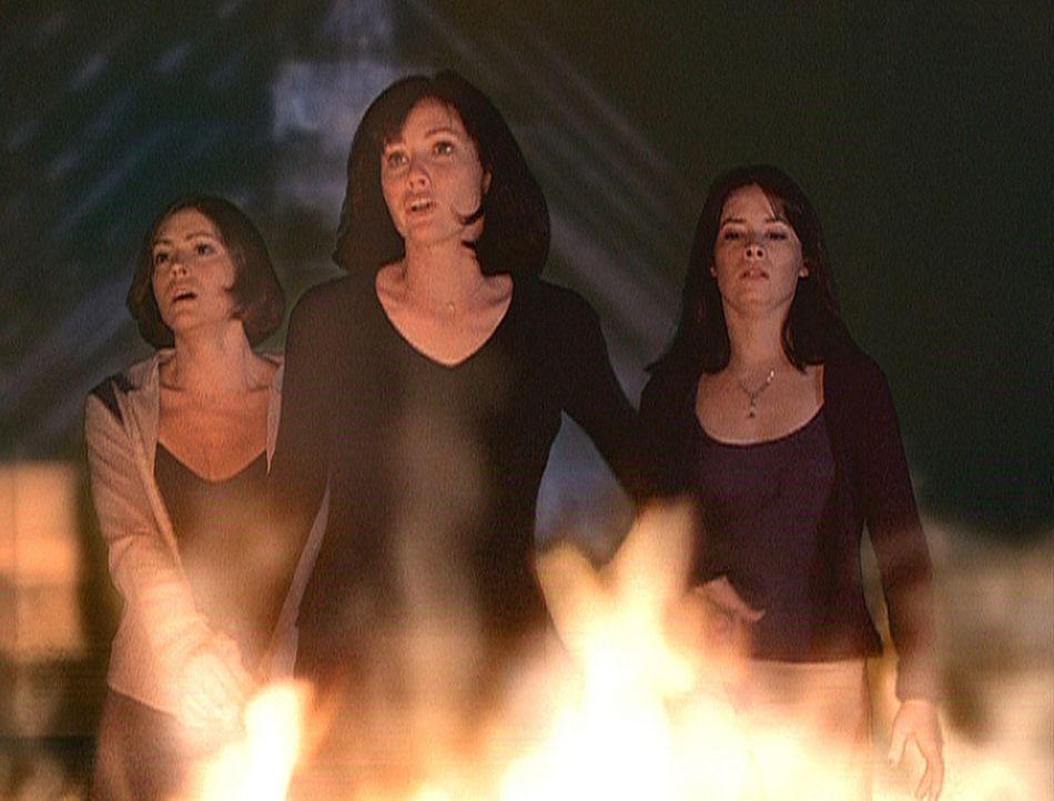 """Nach einem Zauberspruch aus dem """"Buch der Schatten"""" werden Prue (Shannen Doherty, M.), Piper (Holly Marie Combs, r.) und Phoebe (Alyssa Milano, l.)... - Bildquelle: Paramount Pictures"""