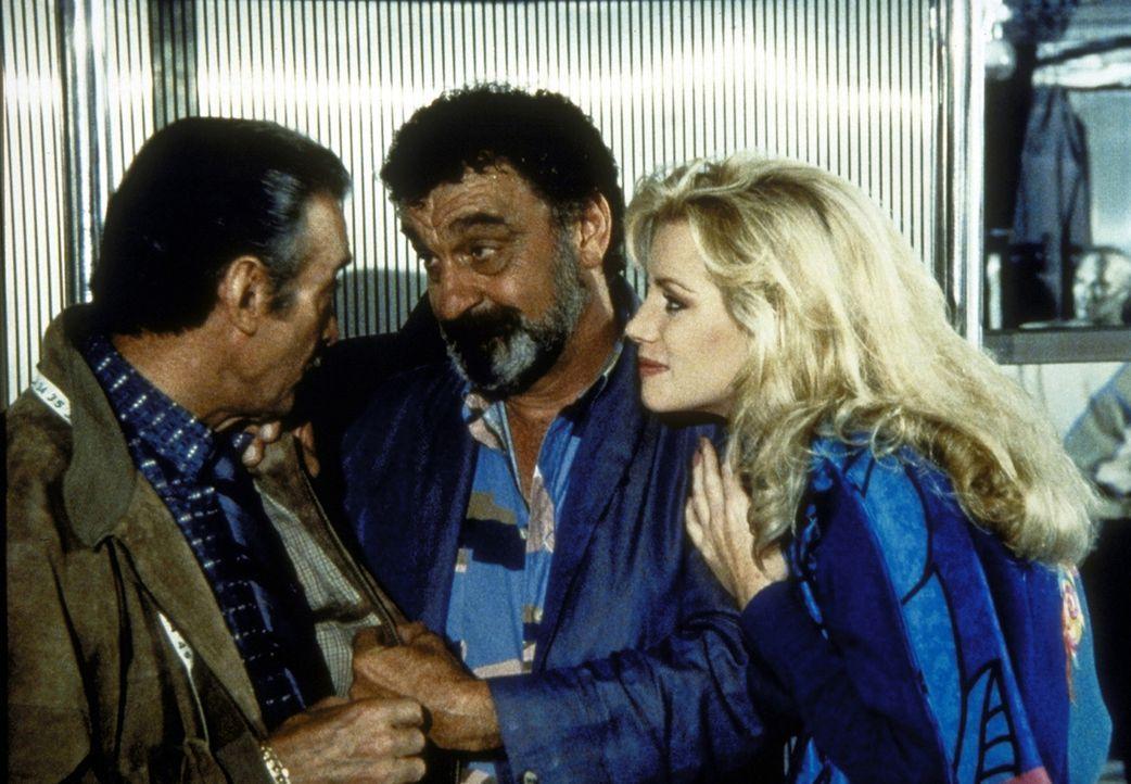 Die schöne Nina (Shannon Tweed, r.) und Howard (Roy Thinnes, l.), ein Gaunerpärchen, wollen Mark (Victor French, M.) helfen, seinen Reichtum gewin... - Bildquelle: Worldvision Enterprises, Inc.