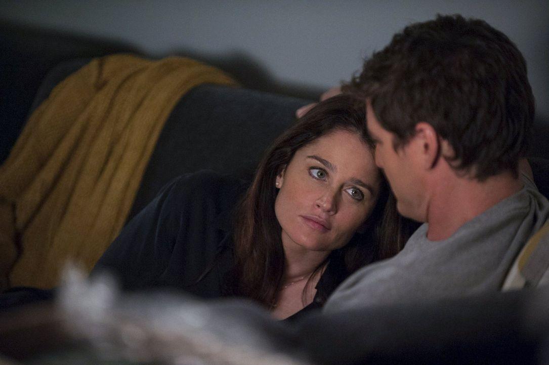Nachdem Teresa (Robin Tunney, l.) sich dafür entschieden hat, ihrem Liebhaber Marcus (Pedro Pascal, r.) nach Washington zu folgen, ist ihre Beziehun... - Bildquelle: Warner Bros. Television