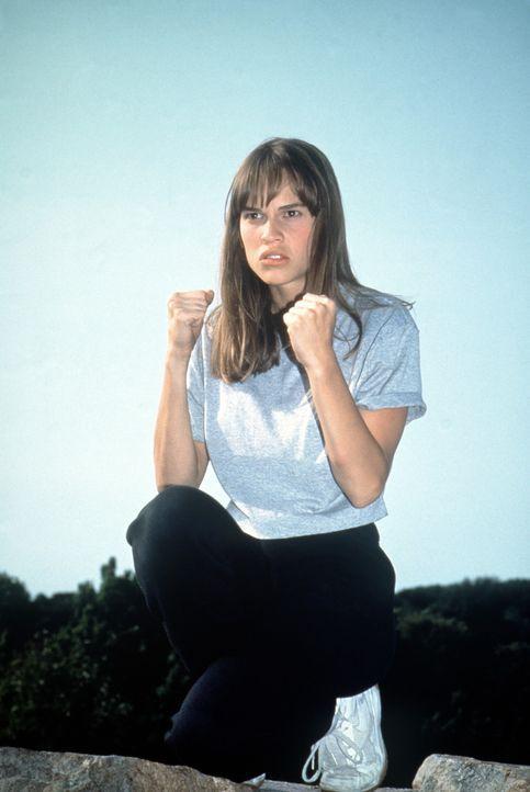 Die 17-jährige Julie zieht sich seit dem Unfalltod ihrer Eltern immer weiter in sich selbst zurück. Der weise Karatelehrer Miyagi nimmt sich des v... - Bildquelle: Columbia Pictures