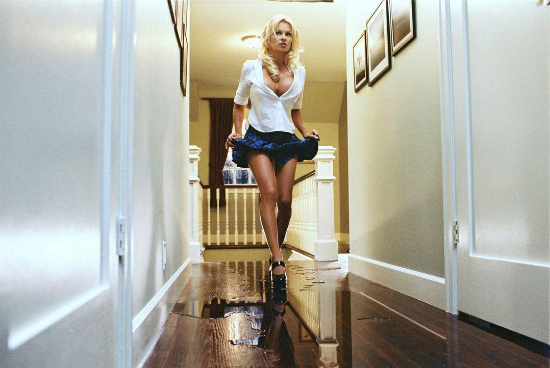 Auf leisen Sohlen schleicht Becca (Pamela Anderson) durch das Haus. Ob sich der Mörder hier wohl noch irgendwo herumtreibt??? - Bildquelle: Miramax Films