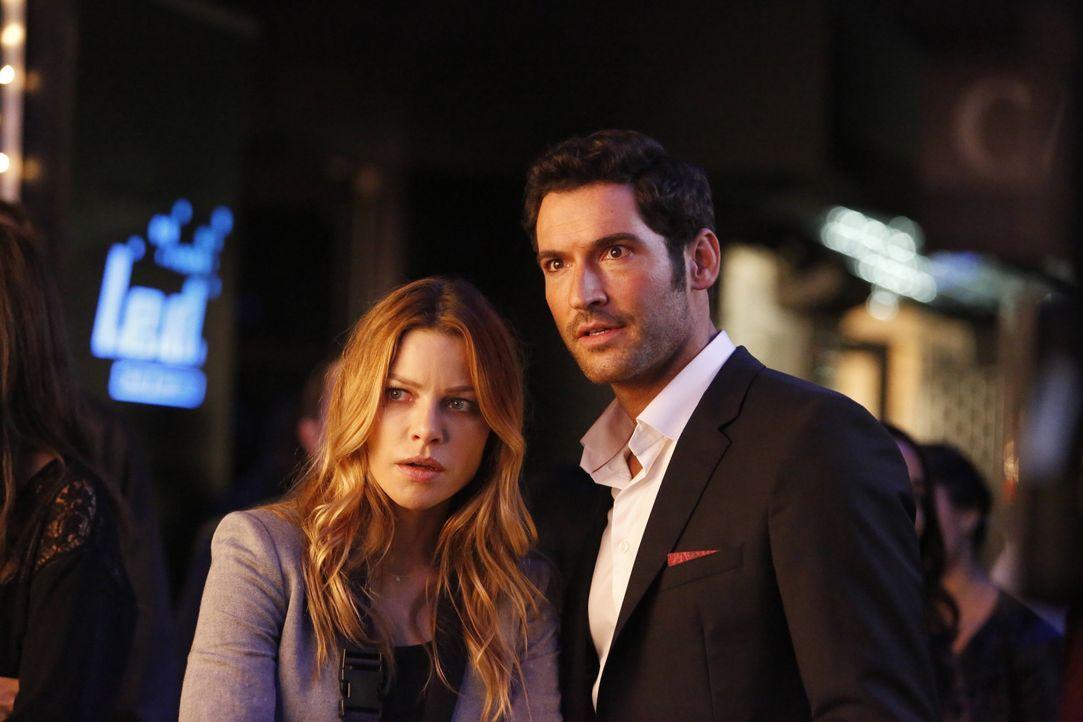 Lucifer (Tom Ellis, r.) hilft Chloe (Lauren German, l.) bei einem neuen Fall, nachdem ein junger Mann ums Leben kommt, der von Paparazzos verfolgt w... - Bildquelle: 2016 Warner Brothers