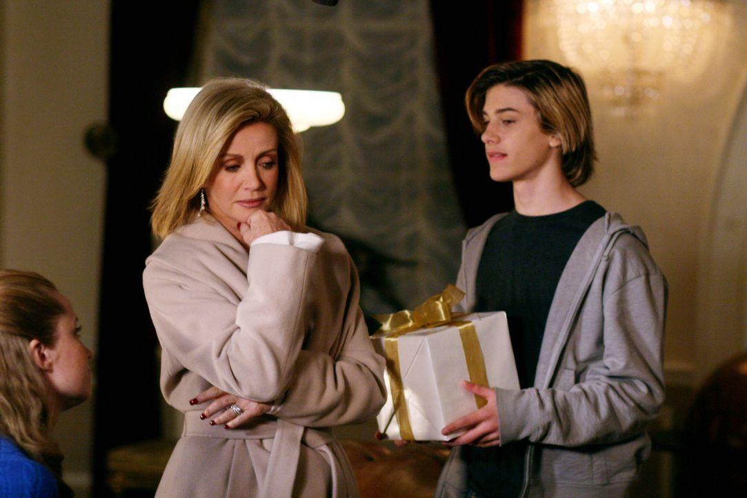 Rückblende: Lauren (Donna Mills, M.), Matt (Dylan Michael Patton, r.) und Ginny (Kate Norby, l.) ... - Bildquelle: Warner Bros. Television