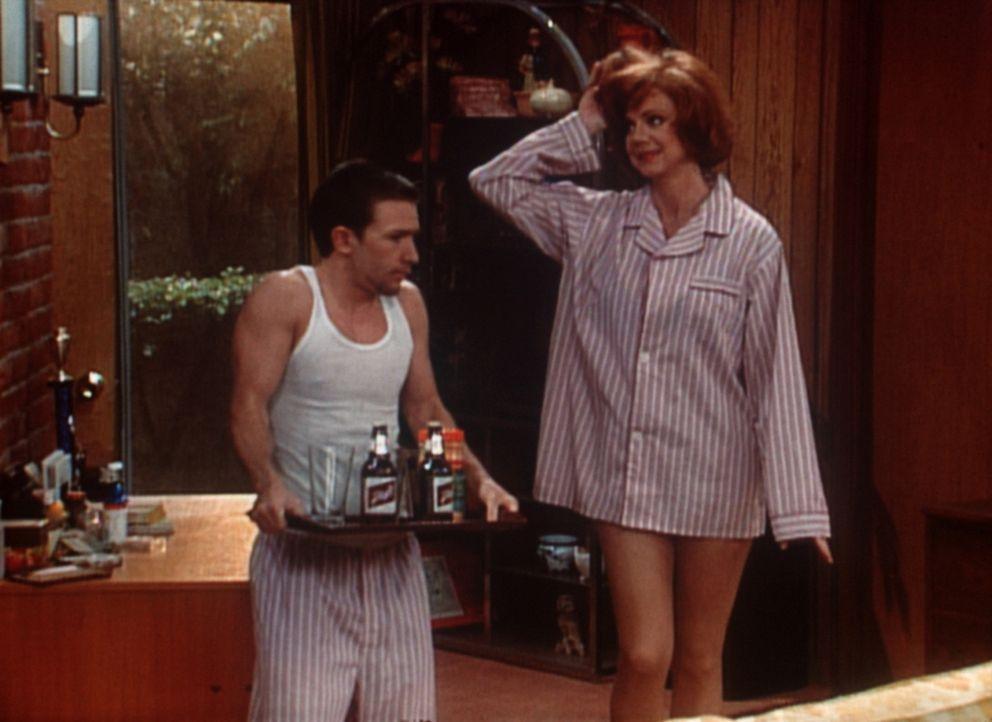 Bud (David Faustino, l.) nach seiner ersten Liebesnacht, die er ausgerechnet mit Gary (Janet Carroll, r.), der Chefin seines Vaters verbracht hat. - Bildquelle: Columbia Pictures