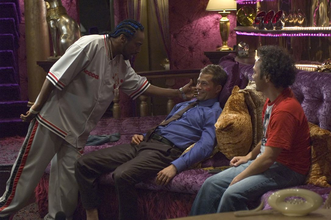Die Straßen sind für die Gigolos der Welt nicht mehr sicher: Deuce Bigalow (Rob Schneider, r.), T.J. (Eddie Griffin, l.) und Heinz Hummer (Til Sch... - Bildquelle: 2005 Columbia Pictures Industries, Inc.  All Rights Reserved.