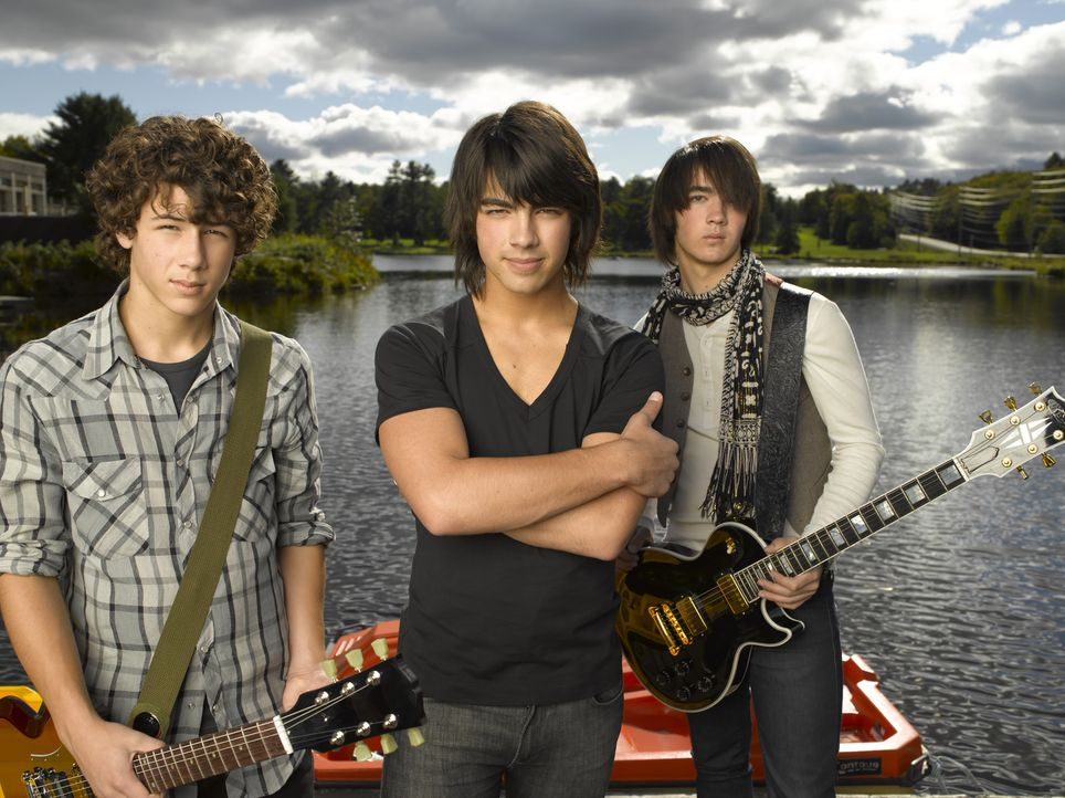 """Um wieder etwas Bodenhaftung zu erhalten, sollen die """"Jonas Brothers"""" (v.l.n.r.) Nate (Nick Jonas), Shane Gray (Joe Jonas) und Jason (Kevin Jonas) a... - Bildquelle: 2007 DISNEY CHANNEL. All rights reserved."""