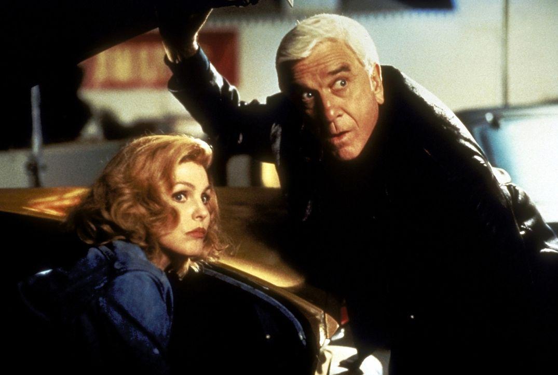 Ein Mann in den besten Jahren - pensionsreif. Frank Drebin (Leslie Nielsen, l.) kehrt, zum großen Leidwesen seiner Frau Jane (Priscilla Presley, r.... - Bildquelle: Paramount Pictures