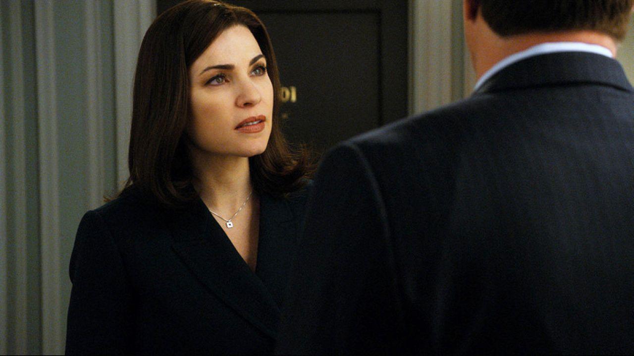 Alicia (Julianna Margulies, l.) setzt ihren Mann Peter (Chris Noth, r.) vor die Tür nachdem sie von seiner Affäre mit Kalinda erfahren hat ... - Bildquelle: CBS   2011 CBS Broadcasting Inc. All Rights Reserved.