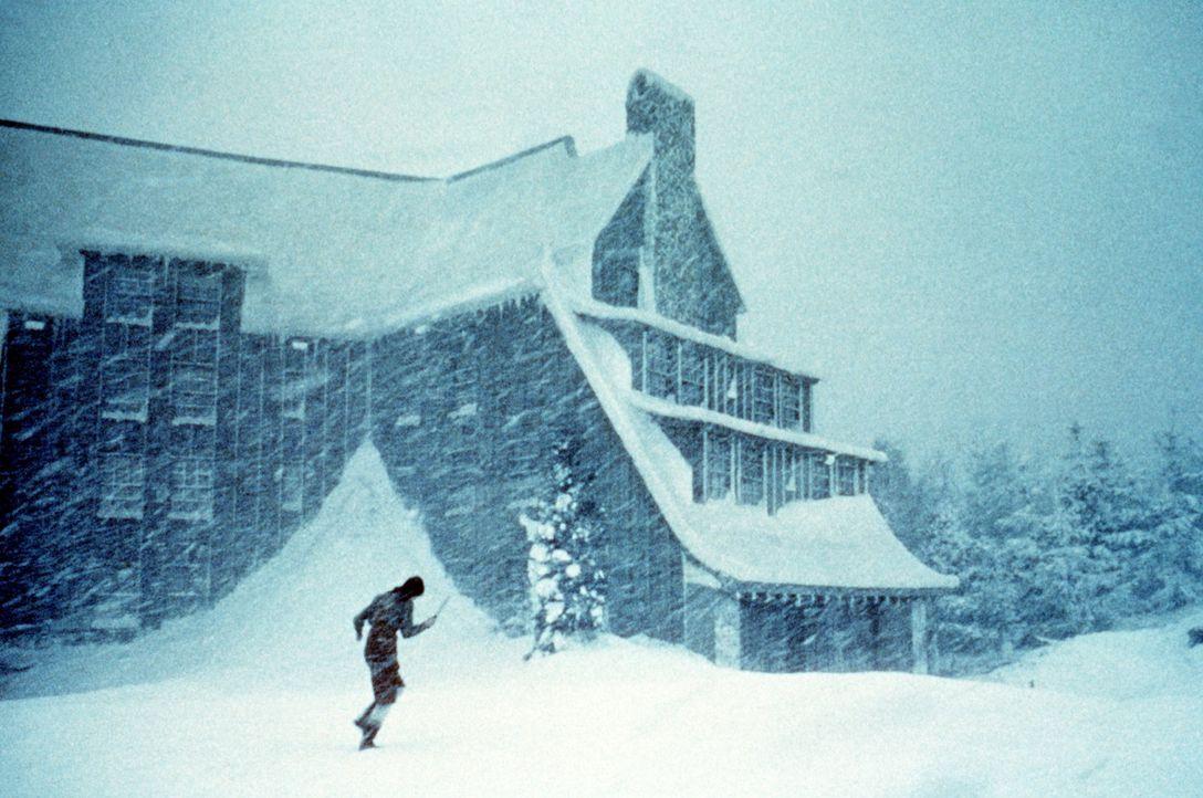 Wendy (Shelley Duvall) gelingt die Flucht aus dem Hotel in die eisige Kälte, doch ihr Mann Jack verfolgt sie weiter unerbittlich ... - Bildquelle: Warner Bros.
