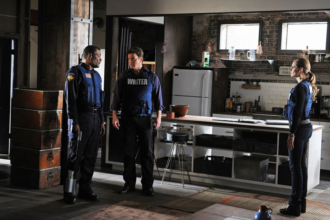Captain Frank Mahoney (Allan Louis, l.) hat keine guten Nachrichten für Castle (Nathan Fillion, M.) und Beckett (Stana Katic, r.) - die steht nämlic... - Bildquelle: ABC Studios