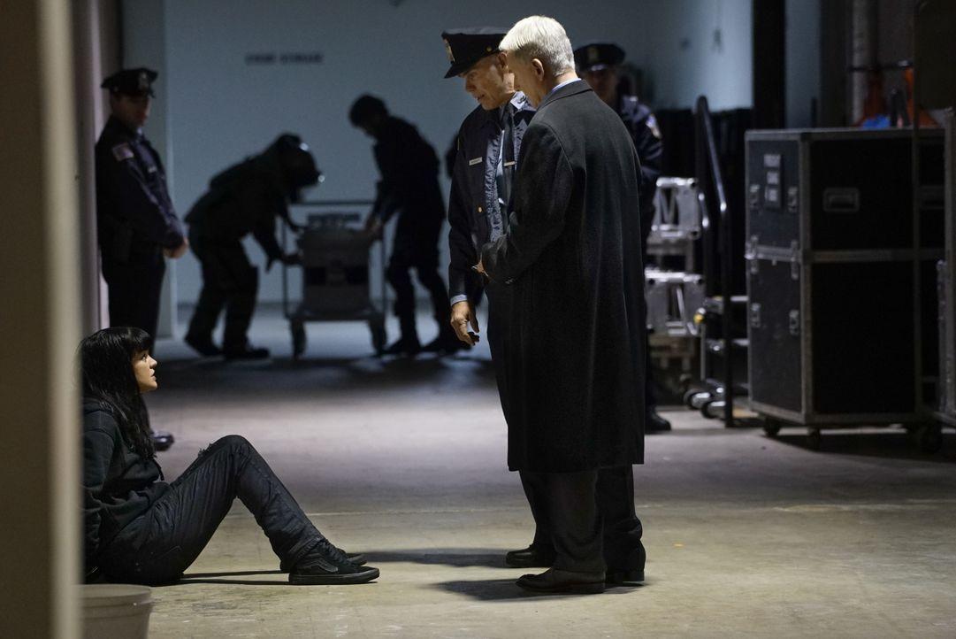 Warum wird Gibbs' (Mark Harmon, r.) Schützling Abby (Pauley Perrette, l.) festgenommen? - Bildquelle: Cliff Lipson 2016 CBS Broadcasting, Inc. All Rights Reserved / Cliff Lipson