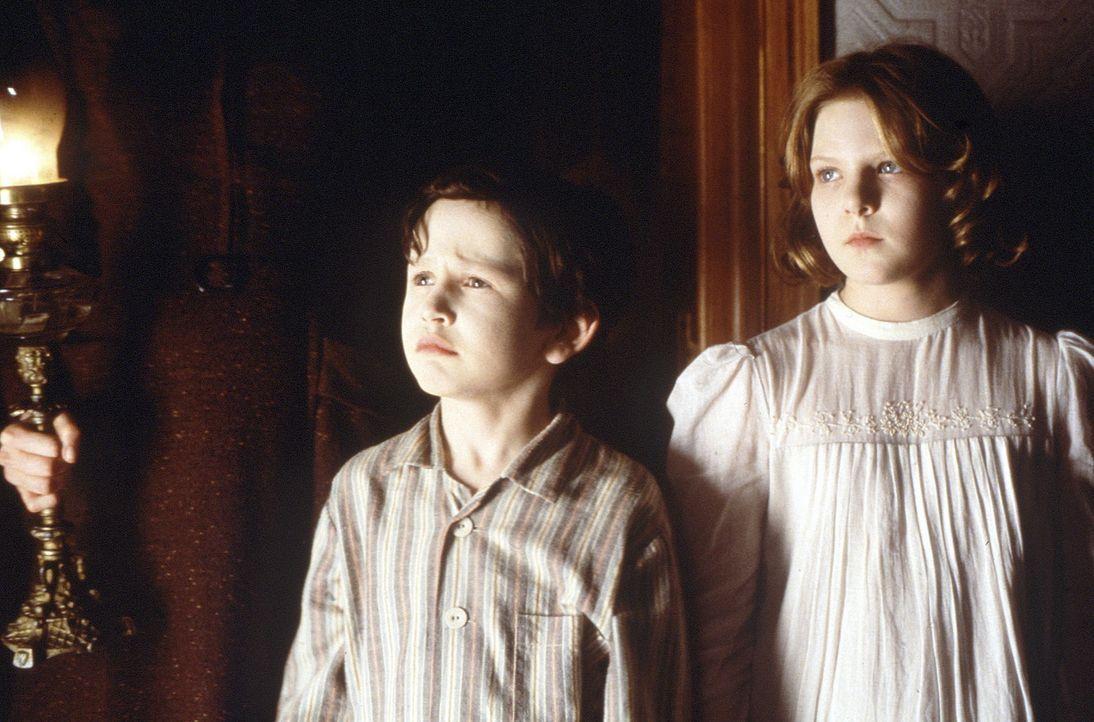 Anne (Alakina Mann, r.) und Nicolas (James Bentley, l.) können niemals direktem Sonnenlicht ausgesetzt werden, daher beherrscht ihr Leben drei Rege... - Bildquelle: Miramax Films