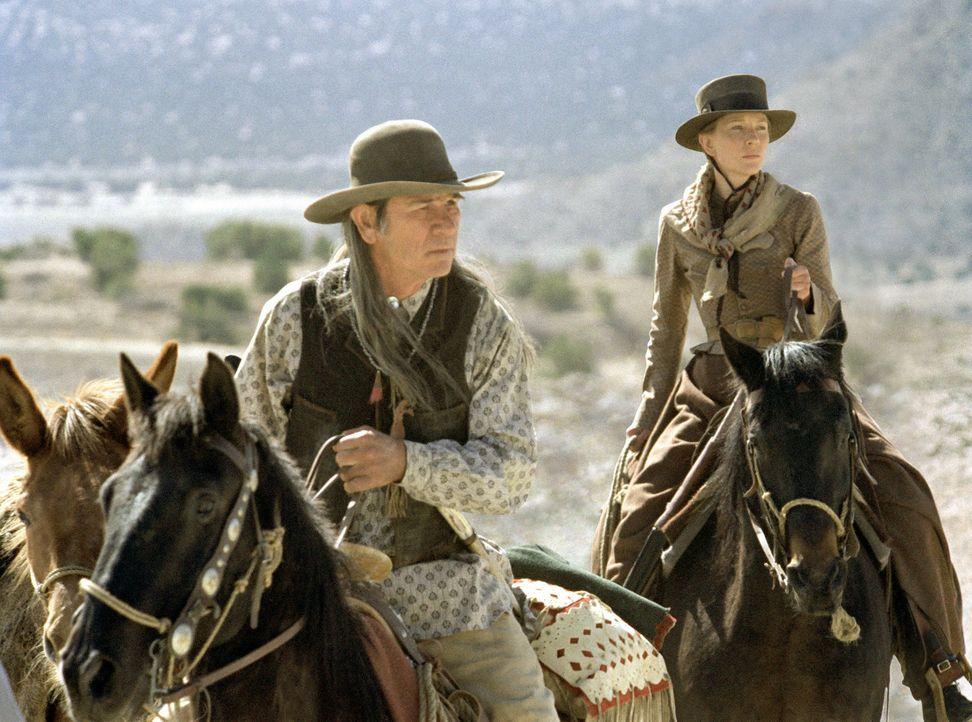 Als Tochter Lilly wird von dem Mädchenhändler Pesh-Chidin entführt wird, gibt es für Maggie (Cate Blanchett, r.) nur eine Möglichkeit, sie zu b... - Bildquelle: 2004 Sony Pictures Television International. All Rights Reserved.