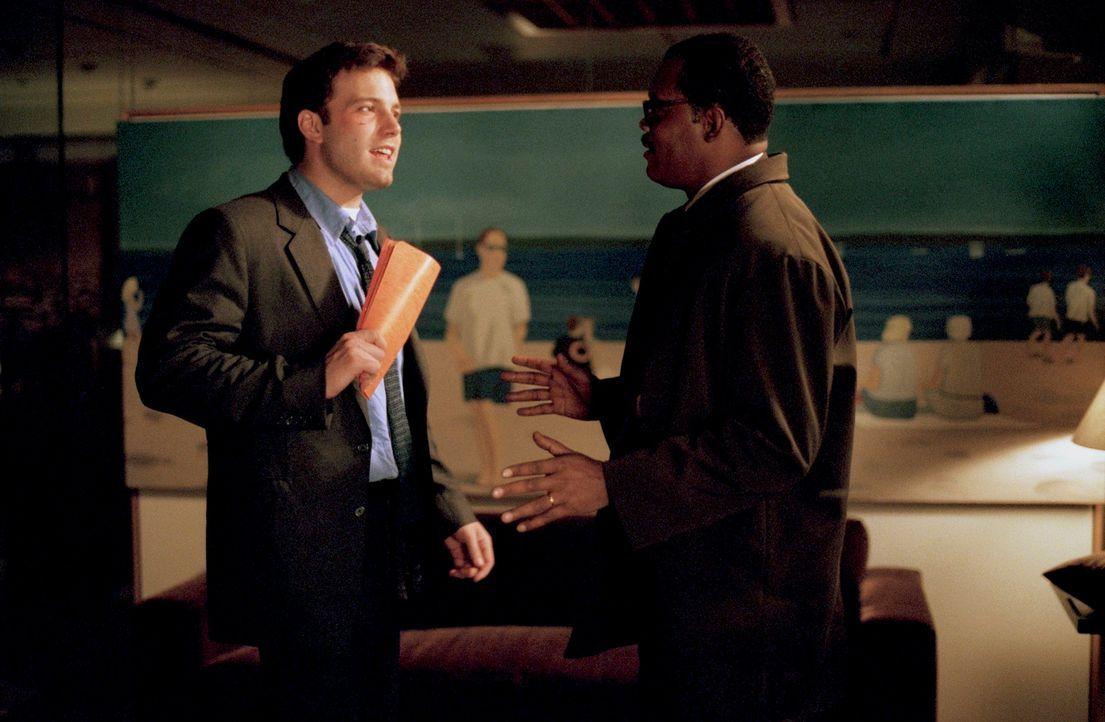 Lediglich ein Blechschaden, aber mit fatalen Folgen: Doyle Gipson (Samuel L. Jackson, r.) und Gavin Banek (Ben Affleck, l.) ... - Bildquelle: Kerry Hayes TM & Copyright   2002 by Paramount Pictures. All Rights Reserved.