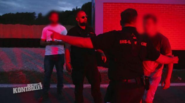 Achtung Kontrolle - Achtung Kontrolle! - Thema U.a.: Die Party Ist Vorbei! - Festival-security Verfolgt Alkoholisierten Mann
