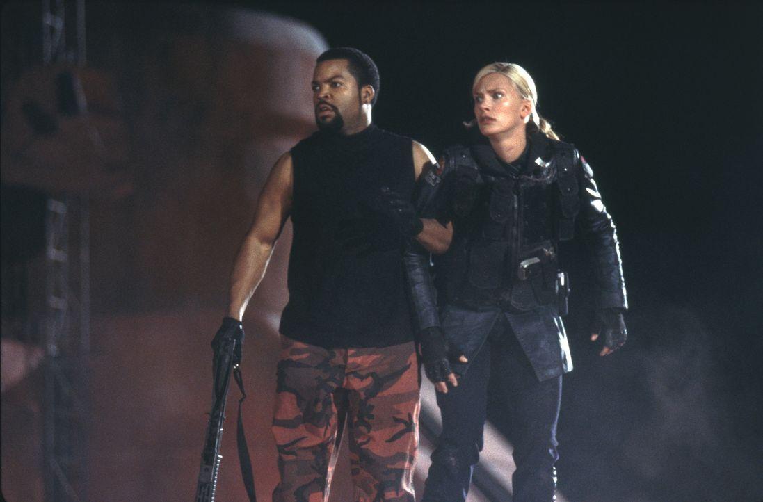 Seit zwei Jahren arbeitet Leutnant Melanie Ballad (Natasha Henstridge, r.) bei der Mars Police Force. Da erhält sie den Auftrag, den gefährlichen... - Bildquelle: 2003 Sony Pictures Television International. All Rights Reserved.