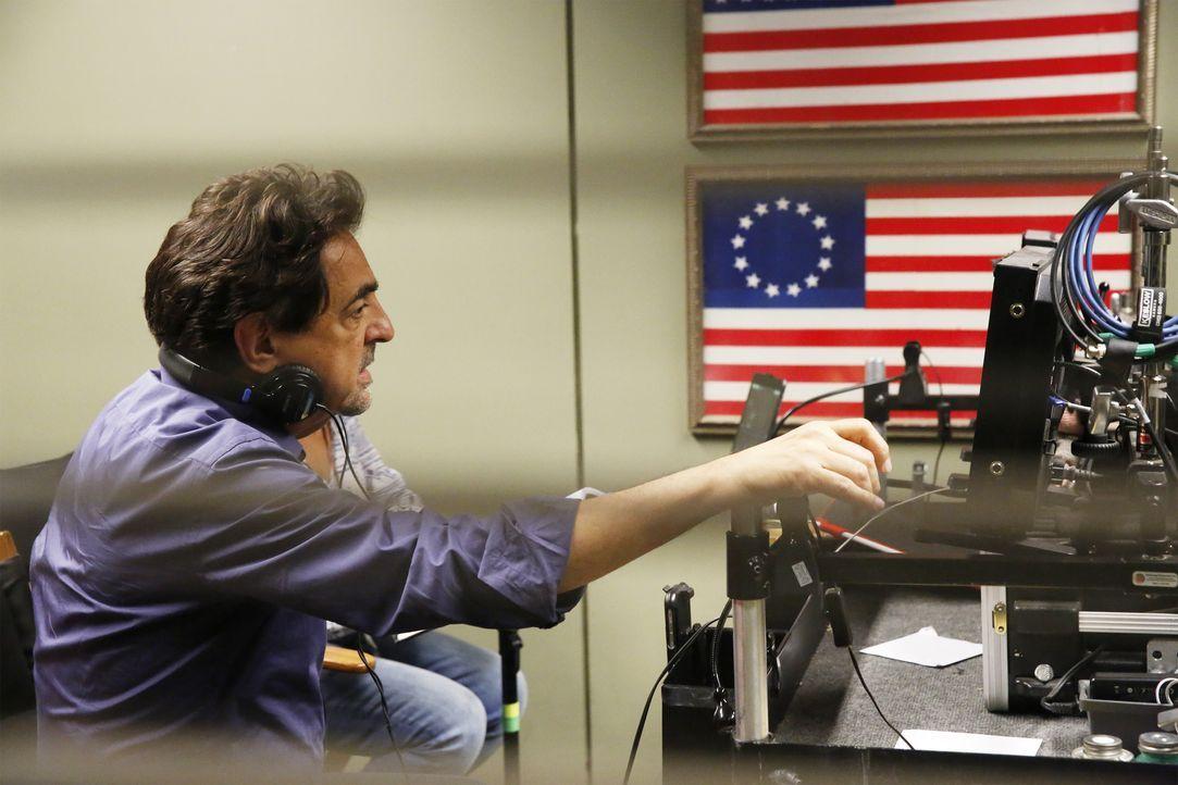 Gemeinsam mit seinen Kollegen muss Rossi (Joe Mantegna) herausfinden, wer der Mann wirklich ist, der behauptet, Dr. Tara Lewis' Bruder zu sein ... - Bildquelle: Robert Voets 2016 CBS Broadcasting, Inc. All Rights Reserved. / Robert Voets