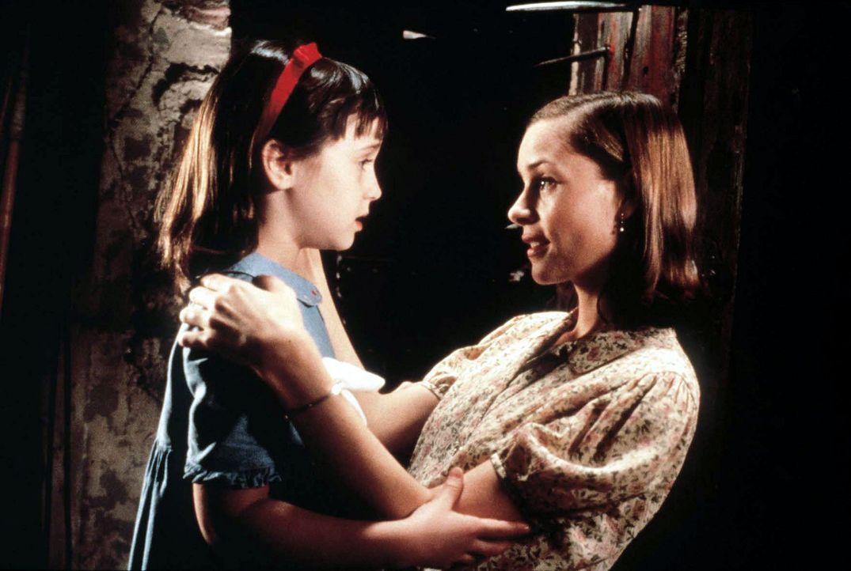 Bei ihrer freundlichen Lehrerin Miss Honig (Embeth Davidtz, r.) findet Matilda (Mara Wilson, l.) endlich Verständnis und Zuneigung ... - Bildquelle: Columbia TriStar