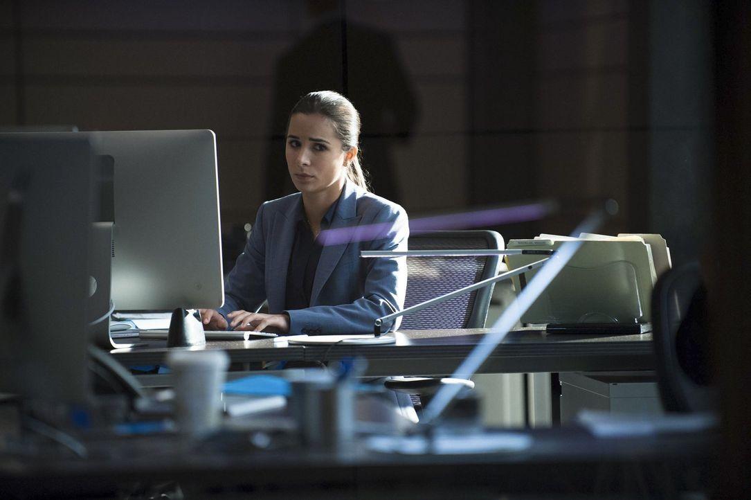 Steht Jane bei seinem riskanten Plan zur Seite: Michaelle Vega (Josie Loren) ... - Bildquelle: Warner Bros. Television