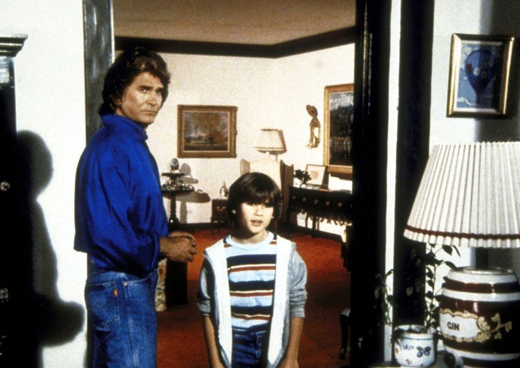 """Joey (R.J. Williams, r.) sucht den """"Daddy"""" vom Fernsehen. Jonathan (Michael Landon, l.) hilft ihm dabei. - Bildquelle: Worldvision Enterprises, Inc."""