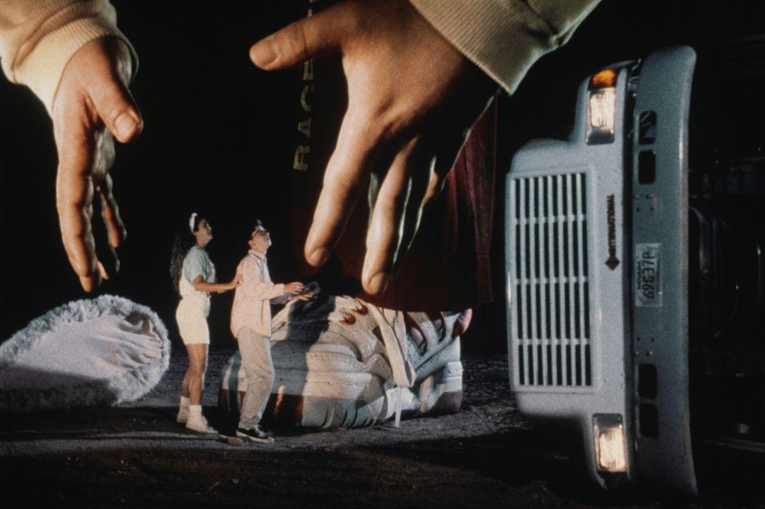 Mit einem Riesenbruder gesegnet: Nick Szalinski (Robert Oliveri, r.) und Freundin Mandy (Keri Russell, r.) ... - Bildquelle: Walt Disney