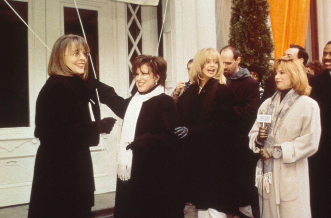 Brenda (Bette Midler, 2.v.l.), Elise (Goldie Hawn, 3.v.l.) und Annie (Diane Keaton, l.) haben alles für ihre erfolgreichen Ehemänner getan - und n... - Bildquelle: Paramount Pictures