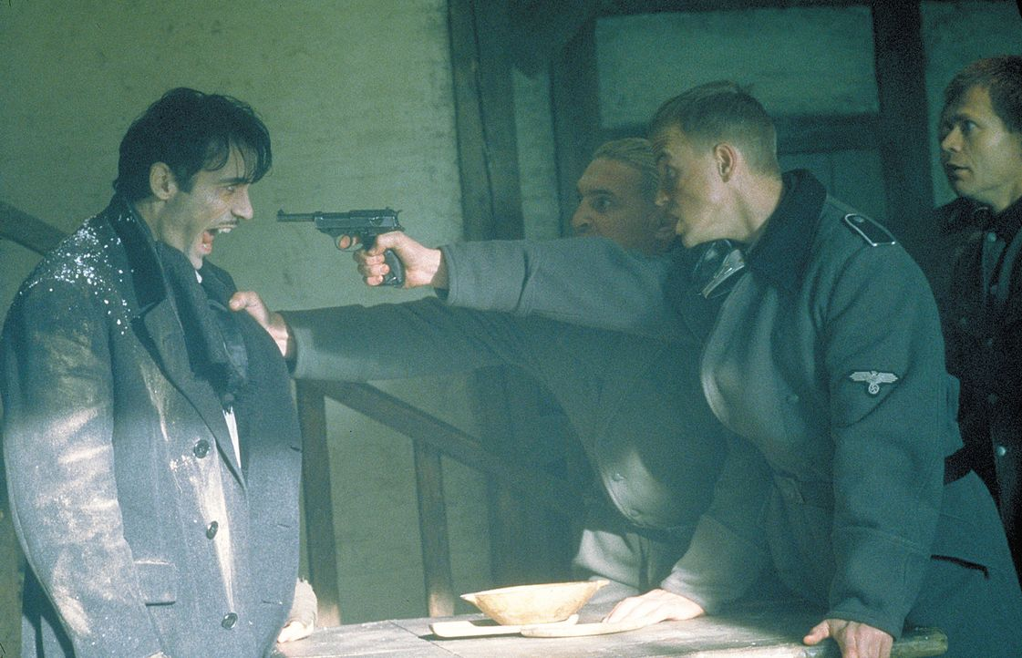 Immer wieder erinnert sich Aaron Gray (Adrian Paul, l.) an sein menschliches Leben als polnischer Jude zur Zeit der Naziherrschaft ... - Bildquelle: 2004 Sony Pictures Television International. All Rights Reserved.