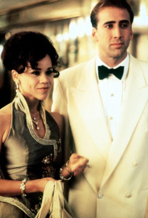 Muriel Lang (Rosie Perez, l.) möchte nur zu gerne zu den Reichen und Schönen gehören, ihren Mann Charlie (Nicolas Cage, r.) dagegen lassen solche... - Bildquelle: Columbia TriStar