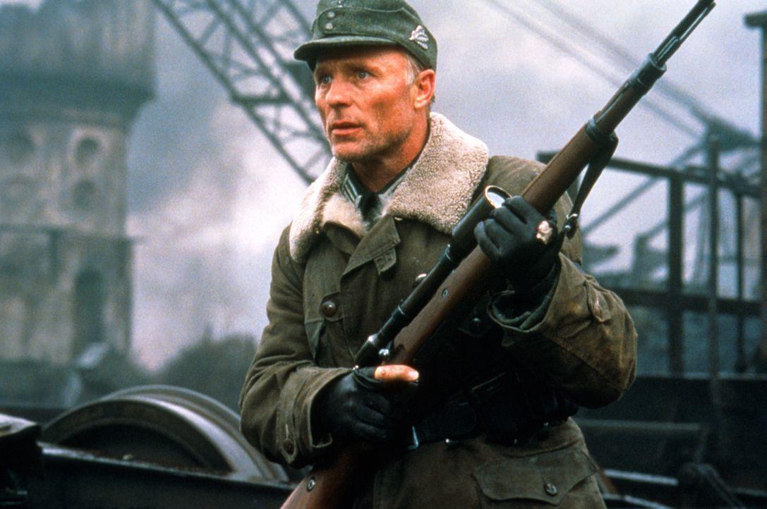 Vassilis Berühmtheit führt ihn bald zu einem Duell mit dem besten Scharfschützen der deutschen Armee - Major König (Ed Harris) ... - Bildquelle: 2000 MP Film Mgmt. DOS Prods.