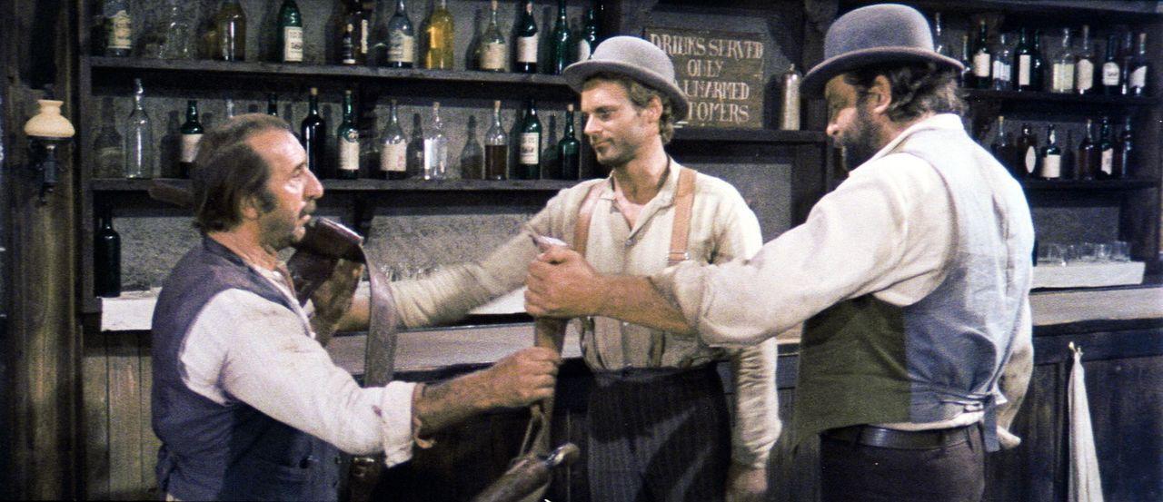 Wenn der 'Kleine' (Bud Spencer, r.) und der 'müde Joe' (Terence Hill, M.) den Saloon betreten, hat der Barkeeper nichts mehr zu lachen ... - Bildquelle: AVCO Embassy Pictures