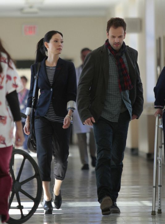 Bei den Ermittlungen in einem neuen Mordfall: Sherlock Holmes (Jonny Lee Miller, r.) und Joan Watson (Lucy Liu, l.) ... - Bildquelle: CBS Television
