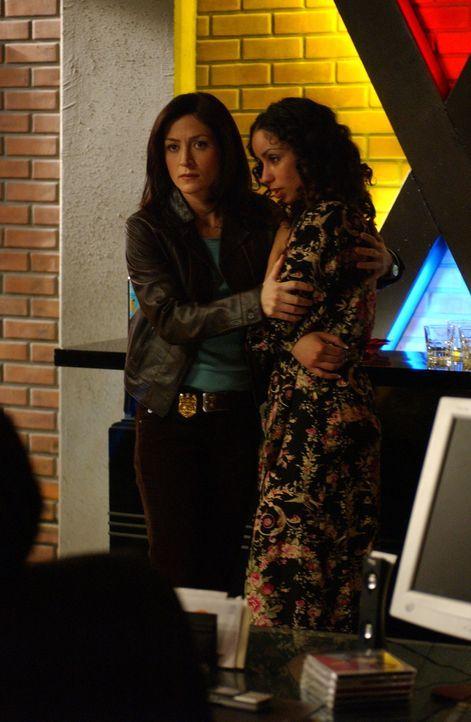 Kate (Sasha Alexander, l.) kümmert sich um Samantha (Mya, r.), nachdem sie Zeuge an dem Mord von Ian Hitch wurde ... - Bildquelle: CBS Television
