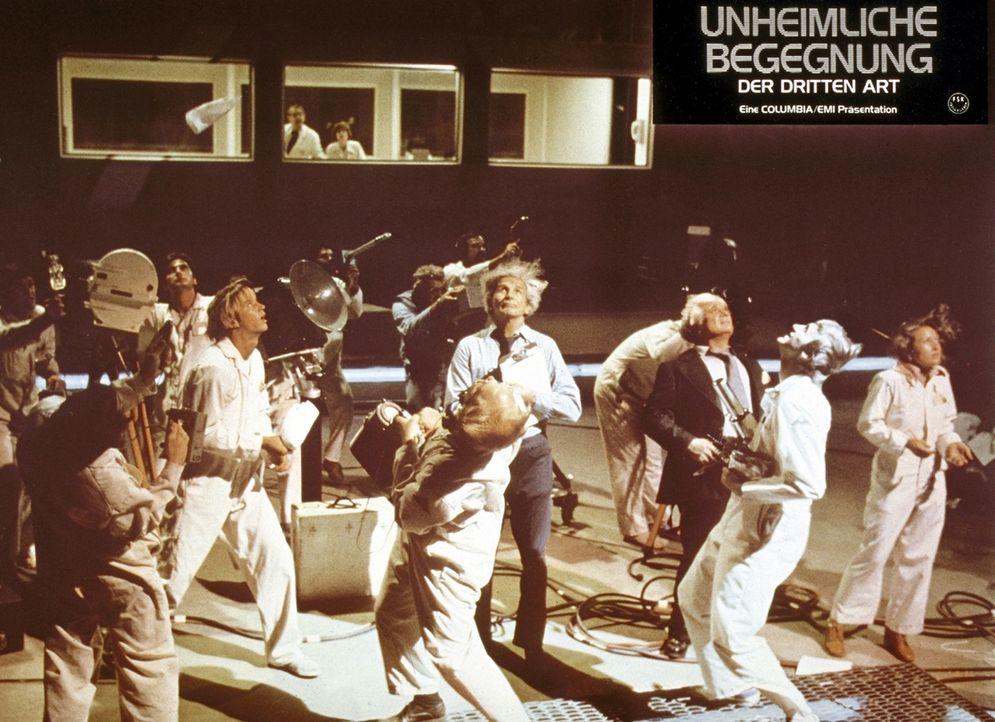 Gebannt starren die Wissenschaftler auf das gelandete Raumschiff und warten, bis sich die Fremden zeigen ... - Bildquelle: Columbia Pictures