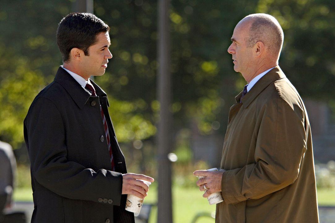 Nehmen einen ungelösten Fall wieder auf: John (John Finn, r.) und Scott (Danny Pino, l.) ... - Bildquelle: Warner Bros. Television