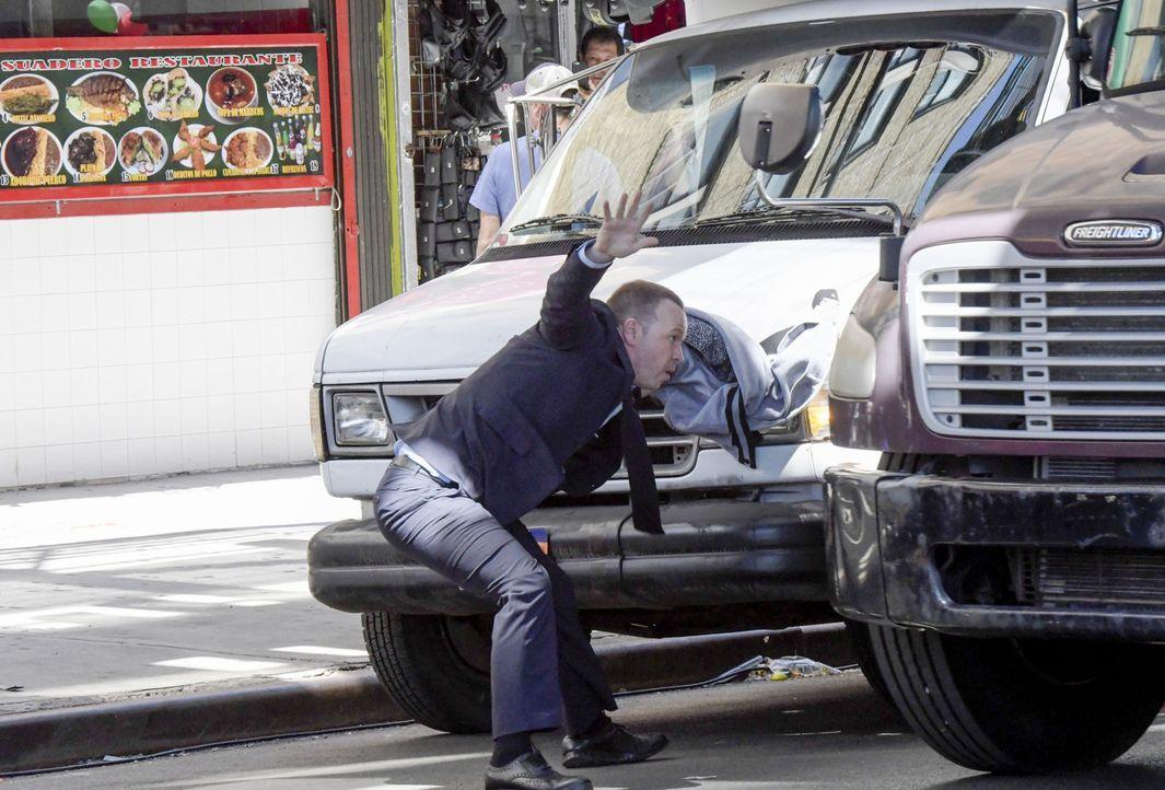 Danny (Donnie Wahlberg) in Action: Beim Versuch einen flüchtigen Verdächtigen zu schnappen, geht der skrupellose Polizist um Haaresbreite selbst vor... - Bildquelle: John Paul Filo 2016 CBS Broadcasting Inc. All Rights Reserved