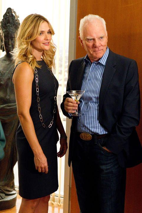 Ist angetan von der attraktiven Mandantin Maya Paxton (Bre Blair, l.), die ihren Mann beschuldigt, ihr untreu zu sein: Kanzleiinhaber Stanton Infeld... - Bildquelle: 2011 Sony Pictures Television Inc. All Rights Reserved.