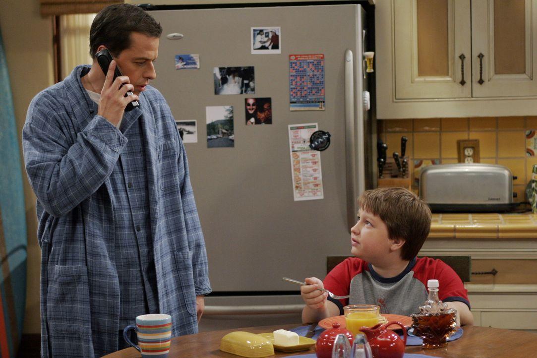Jake (Angus T. Jones, r.) hat sich in seine Schulfreundin Wendy Cho verliebt und braucht deshalb von seinem Vater (Jon Cryer, l.) Geld für ein Gesc... - Bildquelle: Warner Brothers Entertainment Inc.