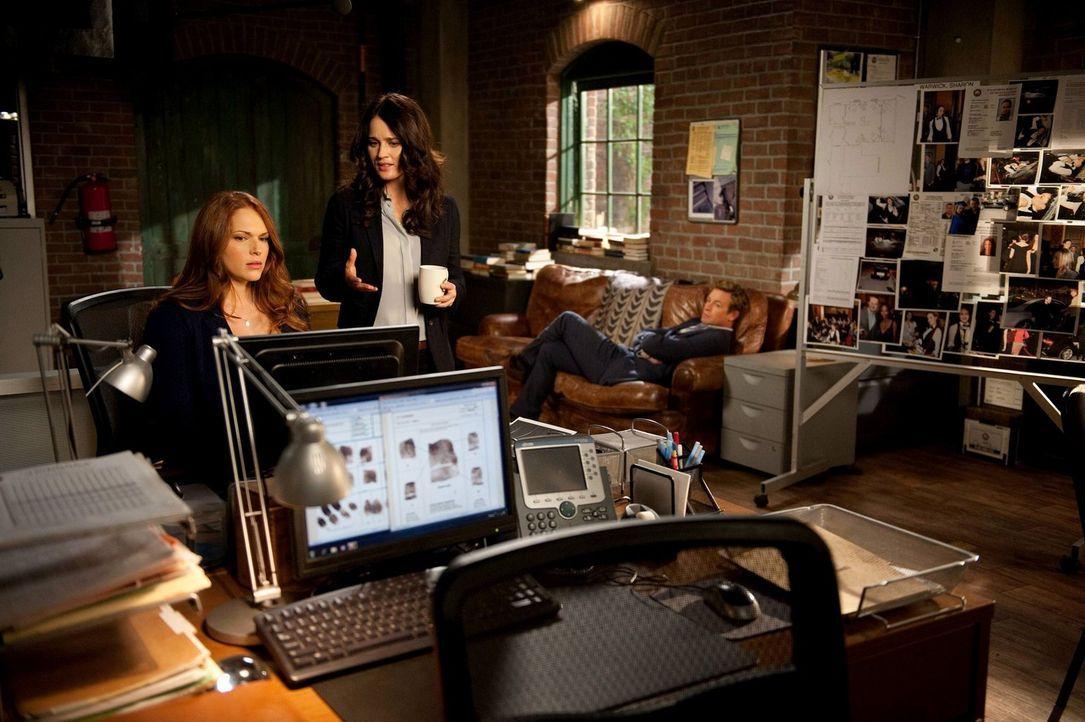 Ermitteln in einem neuen Fall: Grace (Amanda Righetti, l.), Teresa (Robin Tunney, M.) und Patrick (Simon Baker, r.) ... - Bildquelle: Warner Bros. Television