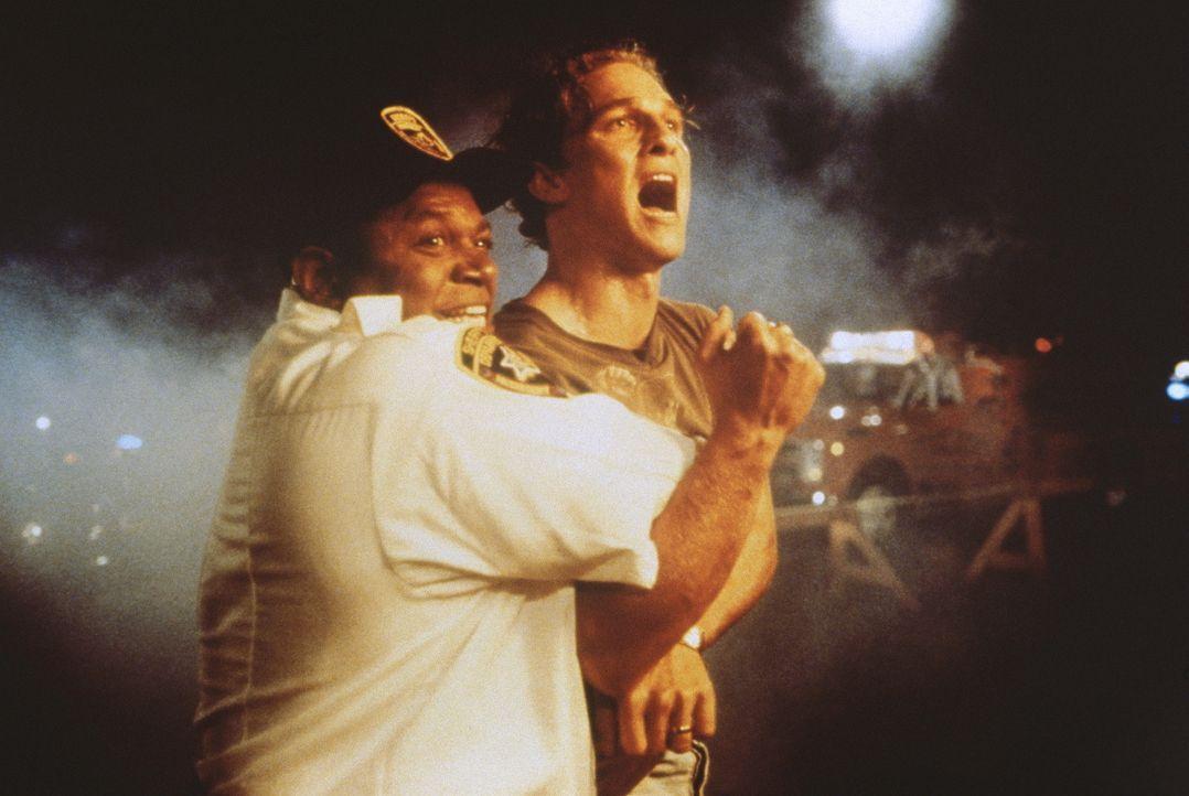 Die Bedrohung durch verblendete Mitglieder des Ku-Klux-Klans wird immer größer: Verteidiger Brigance (Matthew McConaughey, r.) muss sich zwischen Ge... - Bildquelle: Warner Bros.