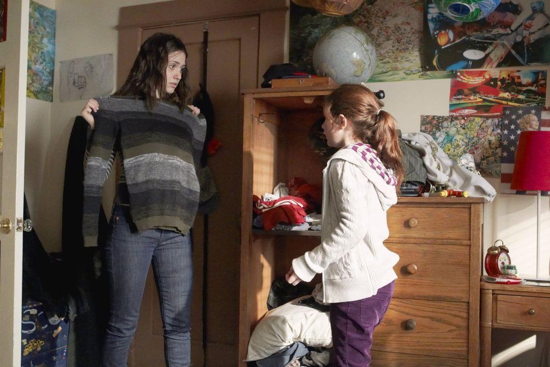Der Müttertag in Debbies (Emmy Rossum, r.) Schule steht an, da braucht Fiona (Emmy Rossum, l.) unbedingt ein sauberes Shirt - nur woher? - Bildquelle: 2010 Warner Brothers