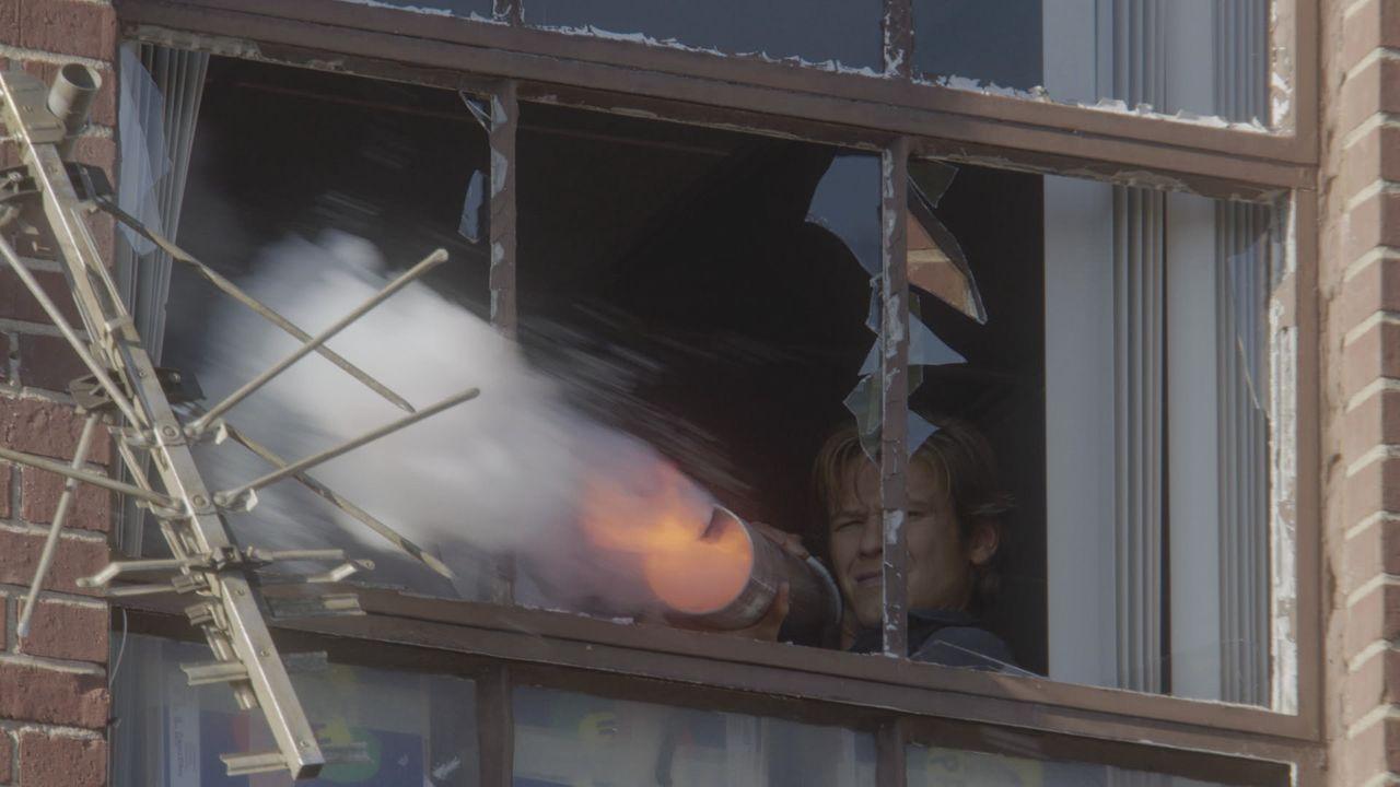 Feuer frei: Unter Beschuss von lettischen Terroristen schießt Bombenbastler MacGyver (Lucas Till) mit einer selbstgebauten Waffe zurück. - Bildquelle: 2016 CBS Broadcasting, Inc. All Rights Reserved
