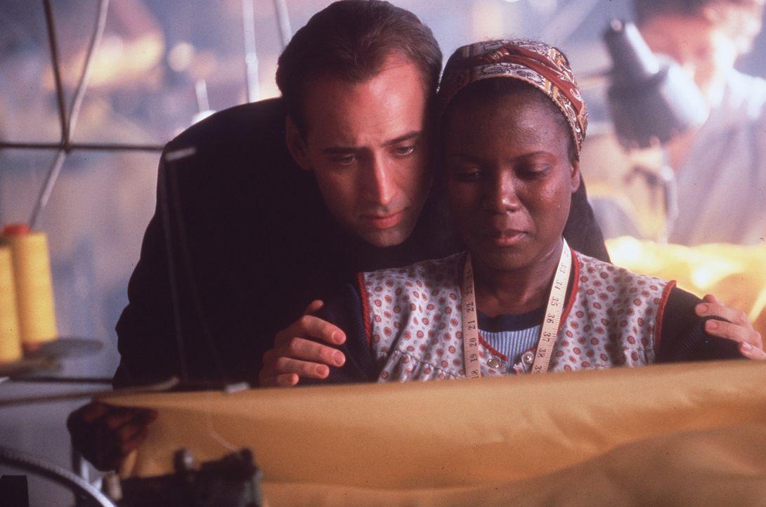 Der Schutzengel Seth (Nicolas Cage, l.) gehört einer Gruppe von Engeln an, die den Menschen in Los Angeles beistehen, helfen und trösten ... - Bildquelle: Warner Bros.